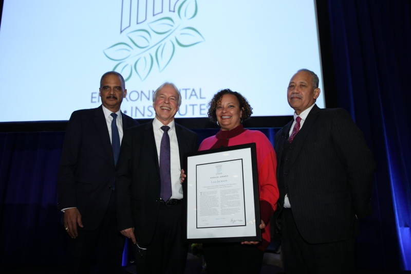 Lisa Jackson accepts the 2018 ELI Environmental Achievement Award