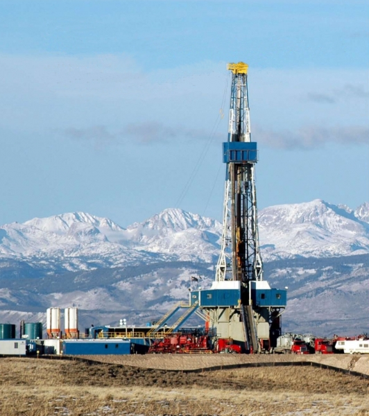 A natural gas drilling rig on the Pinedale Anticline, just west of Wyoming's Wind River Range (Photo: BLM/Wikimedia Commons).