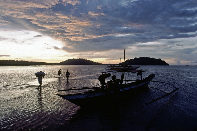 Villagers returning home as the sun sets in the Philippines (Source: UN Photo/Oddbjorn Monsen).